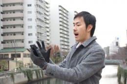 ふつうの手袋ではスマホを操作できない!
