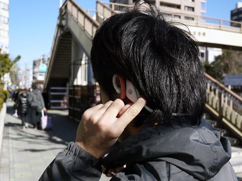 耳から外れにくい上に、操作も耳元でできるので楽チン