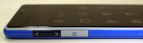 端末左側に音量調節ボタンとファンクションキー。INFOBARらしいカラーリングもポイント