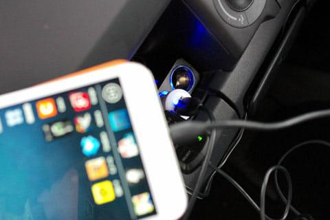 最も一般的な自動車内の充電方法。シガーソケット用充電器