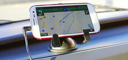 車でスマホを使う時に役立つ重要なアイテム~快適にドライブを楽しもう~