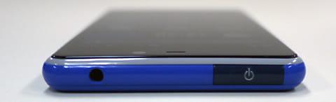 端末の上部に位置する電源ボタン