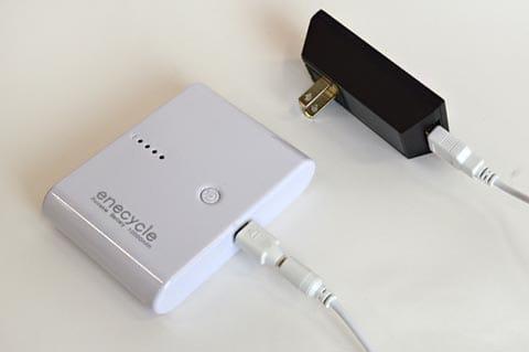 スマートフォンの充電器プラグを使えば、コンセントでもチャージできる