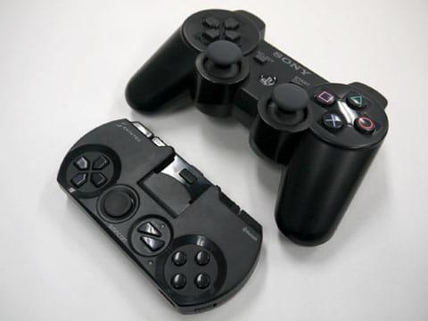PS3のコントローラーよりひと回りくらい小さくコンパクト