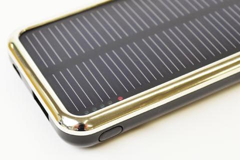 太陽光で充電しているときは、インジケーターが赤に点灯