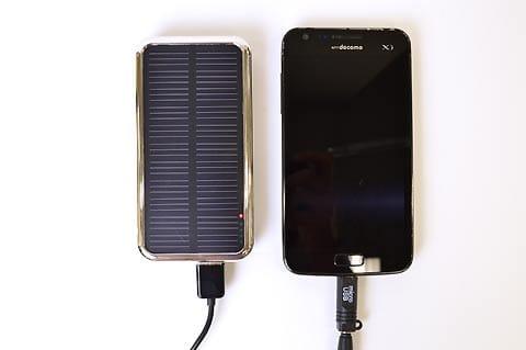 ソーラーバッテリーからスマホへ充電。はたしてどれくらいかかる?
