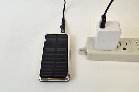 スマートフォンの付属充電器プラグを取りつければ、コンセントに挿して充電可能