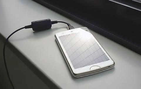 スマートフォンへの直射日光は避けたい。充電場所にも気をつけよう