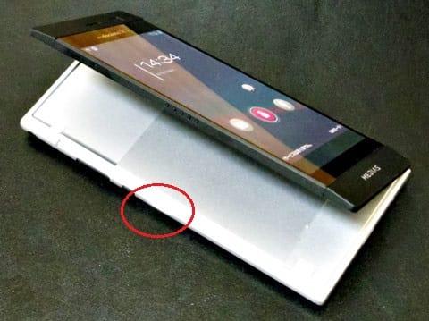左側面のくぼみから、ニンテンドーDSとは逆方向に開いて2画面状態にする