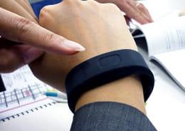 着信を振動で知らせてくれるBluetooth対応ブレスレット型バイブレーター