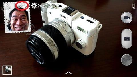 カメラを見て悦な表情を見せる筆者をデュアルショットで撮影。インカメラ側の画像サイズ・位置やフレームデザインは調節可能