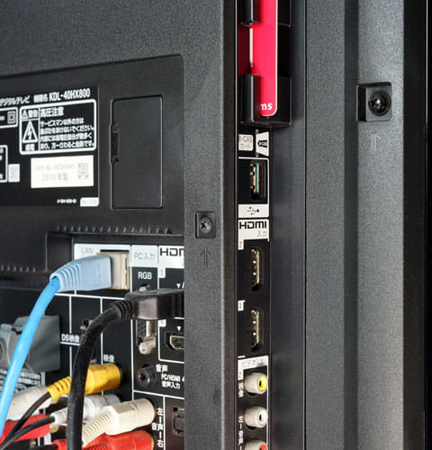 スマートフォンをTV(HDMI端子)に接続。ケーブル、アダプタのMicro USB端子のメス側もUSB端子に接続して電源を供給する。スマートフォンの電源につなぐほか、PCのUSB、TVのHDD用USB端子でもOK