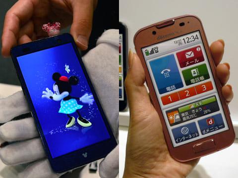 Disney mobile on docomo F-07E(左)らくらくスマートフォン 2 F-08E(右)