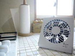 涼しい風を運ぶコンパクトデスク扇風機