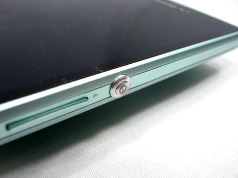 右側面中央に配置された電源キーは非常に押しやすい