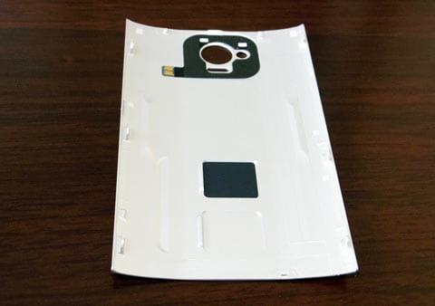 裏ぶたの裏側にはNFC/FeliCa用の通信用アンテナが付いている。裏ぶたのない状態ではNFC/FeliCaを使えないので注意