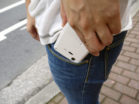 スマホをポケットに入れる際は、画面の状況に気を付けておこう