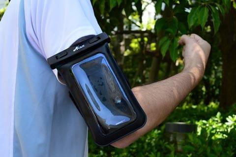 腕につけたり、首から提げることもできるAcase 防水ケース