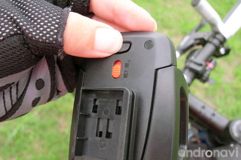 ロック解除ボタンを押してしまっても、赤いスライドがロックになっていれば安心