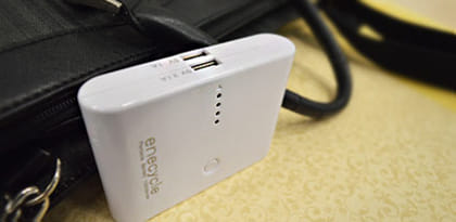 """Amazonで人気マークが付くほど好評!""""2台充電""""ができる高性能モバイルバッテリー"""