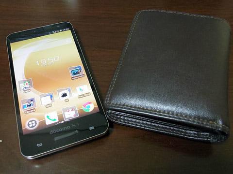 今回、旅で使い倒すELUGA P P-03Eと、なるべく使わないようにしたいリアル財布
