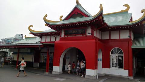 竜宮城風の小田急片瀬江ノ島駅