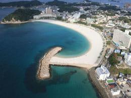 真っ白でサラサラの砂浜が特徴の白良浜海水浴場