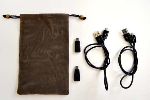 USBケーブル2つとMicro USBとMiniUSBの変換アダプタ、それに巾着袋