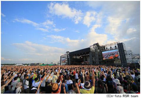 野外特設ステージで大いに盛り上がりを見せる「ライジングサンロックフェスティバル」