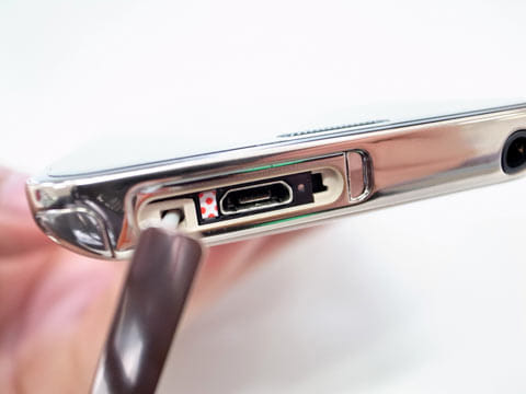 microUSBコネクタ口の中には接続端子があるが、非常に弱いので壊れやすい