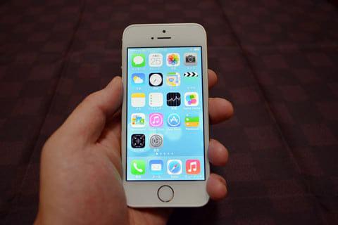 「iPhone 5s」は、昨今のスマホとしてはコンパクトな部類。片手操作もしやすい