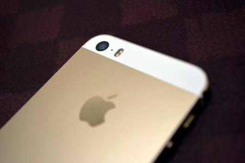「iPhone 5s」はカメラのセンサーとレンズの開口部を拡大した上、LEDフラッシュを2種類搭載