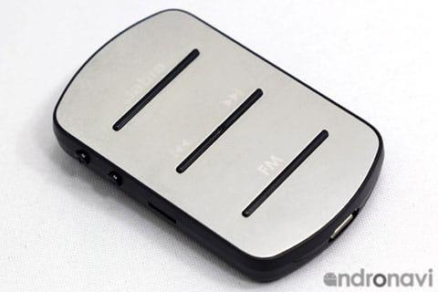 イヤホンは取り外し可能。本体下部のmicro USBポートから充電する
