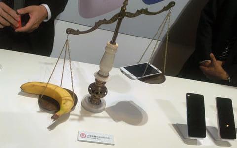 「DIGNO M KYL22」とバナナで重さを比較。なかなかシュール