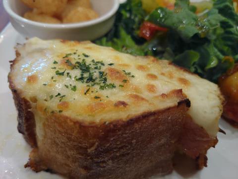 大船で人気のクロックムッシュ。チーズにピントをあてて撮影