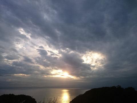 海に映る太陽の光もきれいに撮れている。ホワイトバランスを太陽にし、明るさは-0.3に設定した