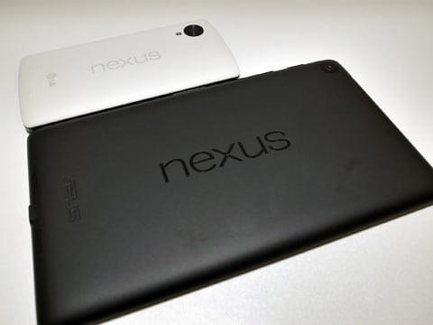 手前が7インチタブレット「Nexus 7(2013)」、奥が5インチスマホの「Nexus 5」