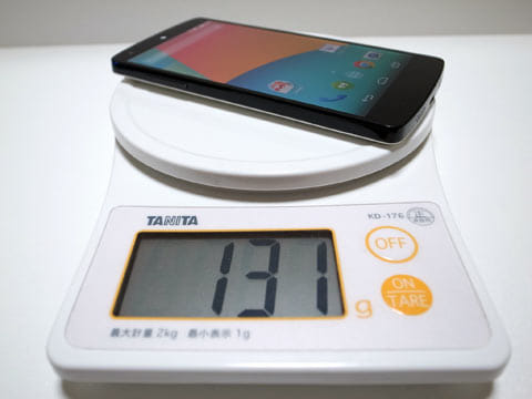 端末の重さは実測で131g(SIMカード含む)