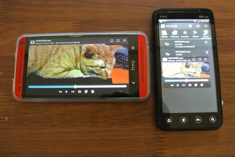 GPlayer (Super Video Floating):左の端末で「再生」をタップしたところ。ほぼ同時に2台で同じ動画が流れる