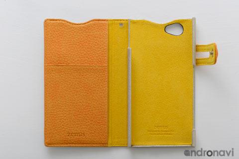 オレンジのビビッドなカラーリング。2ポケットついている