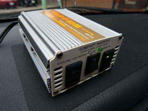 シガーソケットに接続して家庭用AC100Vに変換するインバーター