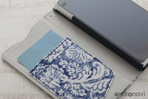 ワンポイントのポケットも表面と同じデザイン。カードなどが入るので便利!