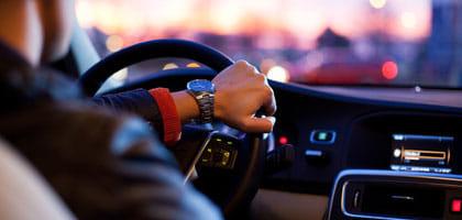 自動車でスマホを充電する際の注意点は?自宅で使っている充電器も使用できる方法教えます