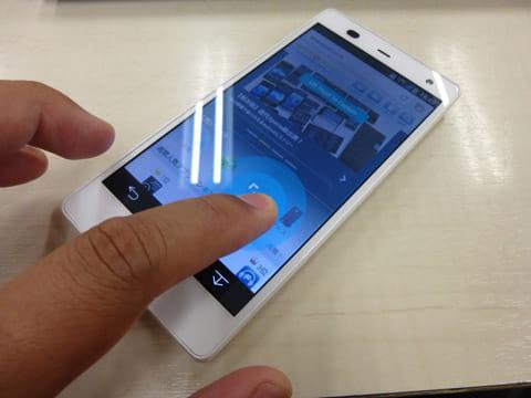 ARROWSシリーズでは、画面の端をスワイプすると画面を撮影して、そのまま編集できる機能がある