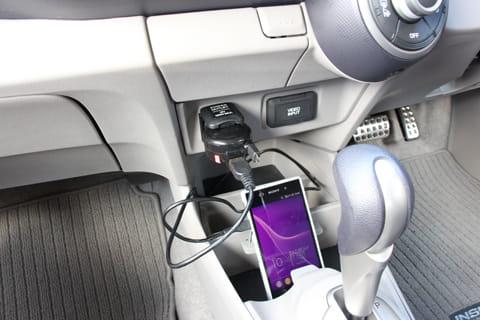 シガーソケットにUSBカーチャージャーを挿し込み、スマホと接続するだけ