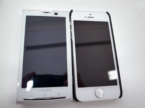 Xperia SO-01B(左)iPhone 5(右)当時としては大画面だったが、今ではコンパクトに見える