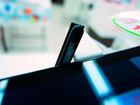 防水スマートフォンのほとんどはキャップ(フタ)によって防水性能を実現している