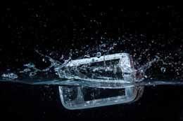 防水スマートフォンの落とし穴。水濡れした際のケア方法も教えます!