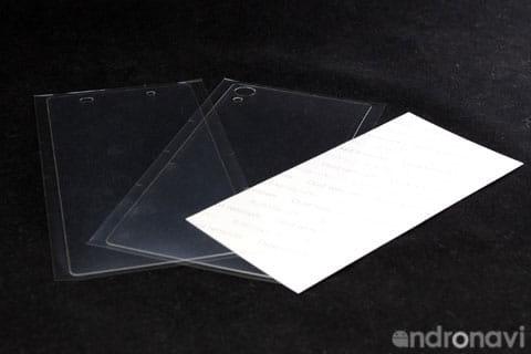 前面、背面の保護フィルムの他、埃とりも同梱されている