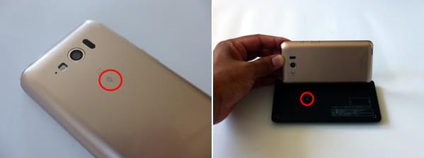 非接触充電は、スマホ(左)と充電パッド(右)でマークを合わせて充電しよう